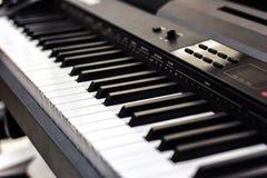 Pianino Fortepianowej klawiatury zamknięty up czarny i biały tło z selekcyjną ostrością, pracownianego muzycznego syntetyka klawi Zdjęcia Royalty Free