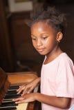 pianino gra dziewczynę Fotografia Stock