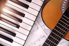 Pianino i gitara z połyskiem i szkotowej muzyki tła wierzchołkiem Obraz Stock