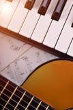 Pianino i gitara z połyskiem i szkotowej muzyki vertical wierzchołkiem Zdjęcie Royalty Free
