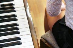 Pianino klucze i nogi pianista dziewczyna Pianino przygotowywa bawić się Klawiaturowy instrument muzyczny Fotografia Royalty Free