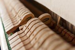 Pianino pionowy czarny młot Zdjęcie Royalty Free