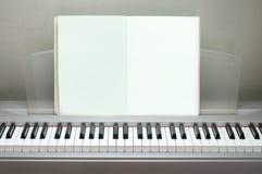 Pianino rezerwuje pustą poczta na pianinie Obrazy Stock
