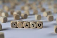 Pianino - sześcian z listami, znak z drewnianymi sześcianami obraz stock