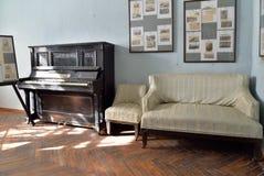Pianino w muzycznym pokoju w nieruchomości artysta Zdjęcie Stock