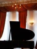 Pianino w pokoju z klasycznymi zasłonami fotografia royalty free