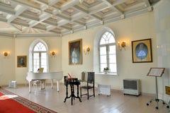 Pianino we wnętrzu białego sala Priory pałac w Gat Obrazy Stock