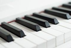 Pianino wpisuje zakończenie Fortepianowy bawić się Czarny i biały klucze pianino elektronicznego Obrazy Stock