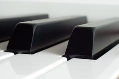 Pianino wpisuje zakończenie Fortepianowy bawić się Czarny i biały klucze pianino elektronicznego Obraz Stock