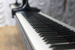Pianino wpisuje zakończenie, wybrana ostrość Zakończenie w górę widoku czarni pianino klucze, wybrana ostrość Zdjęcia Royalty Free