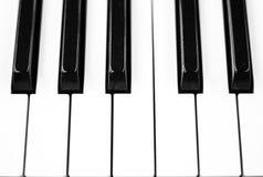Pianino wpisuje zbliżenie fotografię Czarny i biały klawiatura instrument muzyczny Obrazy Royalty Free