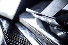 Pianino z muzycznym prześcieradłem, selekcyjna ostrość, nostalgiczni skutki, neutralny colour Zdjęcie Royalty Free