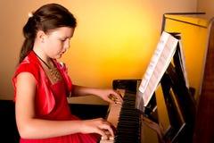 Pianist με το μεγάλο κλασσικό μουσικό όργανο πιάνων Στοκ Εικόνα