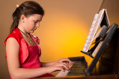 Pianist με το μεγάλο κλασσικό μουσικό όργανο πιάνων Στοκ φωτογραφίες με δικαίωμα ελεύθερης χρήσης