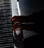 Pianist με το μεγάλο κλασσικό μουσικό όργανο πιάνων Στοκ Φωτογραφία