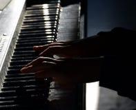 Pianist με το μεγάλο κλασσικό μουσικό όργανο πιάνων Στοκ εικόνα με δικαίωμα ελεύθερης χρήσης