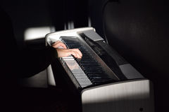 Pianist με το μεγάλο κλασσικό μουσικό όργανο πιάνων Στοκ Εικόνες