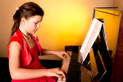 Pianist με το μεγάλο κλασσικό μουσικό όργανο πιάνων Pianist με το μεγάλο κλασσικό μουσικό όργανο πιάνων παιχνίδι πιάνων κοριτσιών Στοκ εικόνες με δικαίωμα ελεύθερης χρήσης