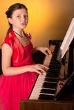 Pianist με το μεγάλο κλασσικό μουσικό όργανο πιάνων Pianist με το μεγάλο κλασσικό μουσικό όργανο πιάνων παιχνίδι πιάνων κοριτσιών Στοκ Εικόνα