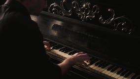 Pianist που παίζει παθιασμένα το εκλεκτής ποιότητας πιάνο στο ντεμοντέ εσωτερικό φιλμ μικρού μήκους