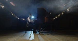Pianist που περπατά στο πιάνο στο στάδιο απόθεμα βίντεο