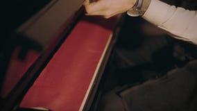 Pianist berührt Tastatur des Klaviers vor Konzert stock video footage