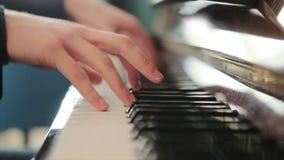 Pianist in blauwe kostuumspelen snel op de piano stock footage
