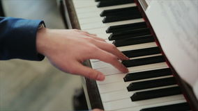 Pianist in blauwe kostuumspelen snel op de piano stock video