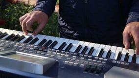 Pianist, der den elektronischen synthesizer auf einem schwarzen Hintergrund spielt stock video