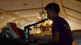 Pianist, der leidenschaftlich Hochzeitsliebeslied am Kirchenbalkon singt Schattenbilder stock footage