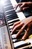 Pianist die een piano spelen Royalty-vrije Stock Afbeeldingen