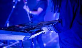 Pianist die elektrische piano in overleg spelen bij nacht, muziek concep royalty-vrije stock afbeeldingen