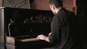 Pianist die passionately de uitstekende piano in ouderwets binnenland spelen stock footage