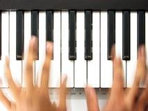 Pianist i handlingen som leker ett piano Royaltyfri Bild