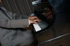 Pianist med det klassiska musikinstrumentet för flygel Arkivbilder