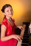 Pianist med det klassiska musikinstrumentet för flygel Arkivfoton