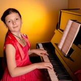 Pianist med det klassiska musikinstrumentet för flygel Pianist med det klassiska musikinstrumentet för flygel leka för flickapian Fotografering för Bildbyråer