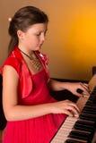 Pianist med det klassiska musikinstrumentet för flygel Pianist med det klassiska musikinstrumentet för flygel leka för flickapian Royaltyfria Bilder