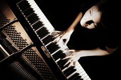 Pianist met groot piano klassiek muzikaal instrument Pianist die groot pianooverleg spelen royalty-vrije stock afbeelding