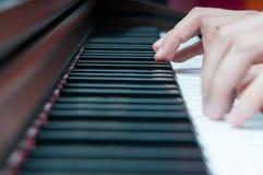 Pianist mit klassischem Musikinstrument des Flügels lizenzfreies stockfoto