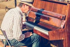 Pianist- och trumpetspelaren spelar för turister framme av cet Arkivbild