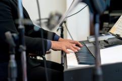Pianist som spelar det elektriska pianot Royaltyfria Bilder