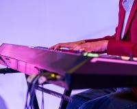 Pianist som spelar det elektriska pianot Royaltyfri Bild