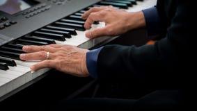 Pianist som spelar det elektriska pianot Arkivfoton