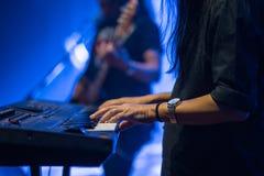 Pianist som spelar det elektriska pianot i konserten, musikbegrepp Arkivbilder