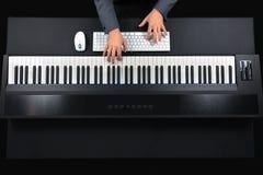 Pianist som spelar det elektriska pianot med omslaget Royaltyfria Bilder