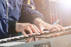Pianist spielen die Schlüssel des elektronischen synth an der Leistung im Freien stockfotografie