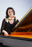 Pianist vid flygeln Arkivbild