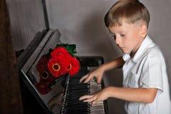 Pianista chłopiec z bukietem kwiaty Zdjęcie Royalty Free