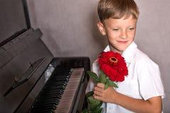 Pianista chłopiec z bukietem kwiaty Zdjęcia Stock
